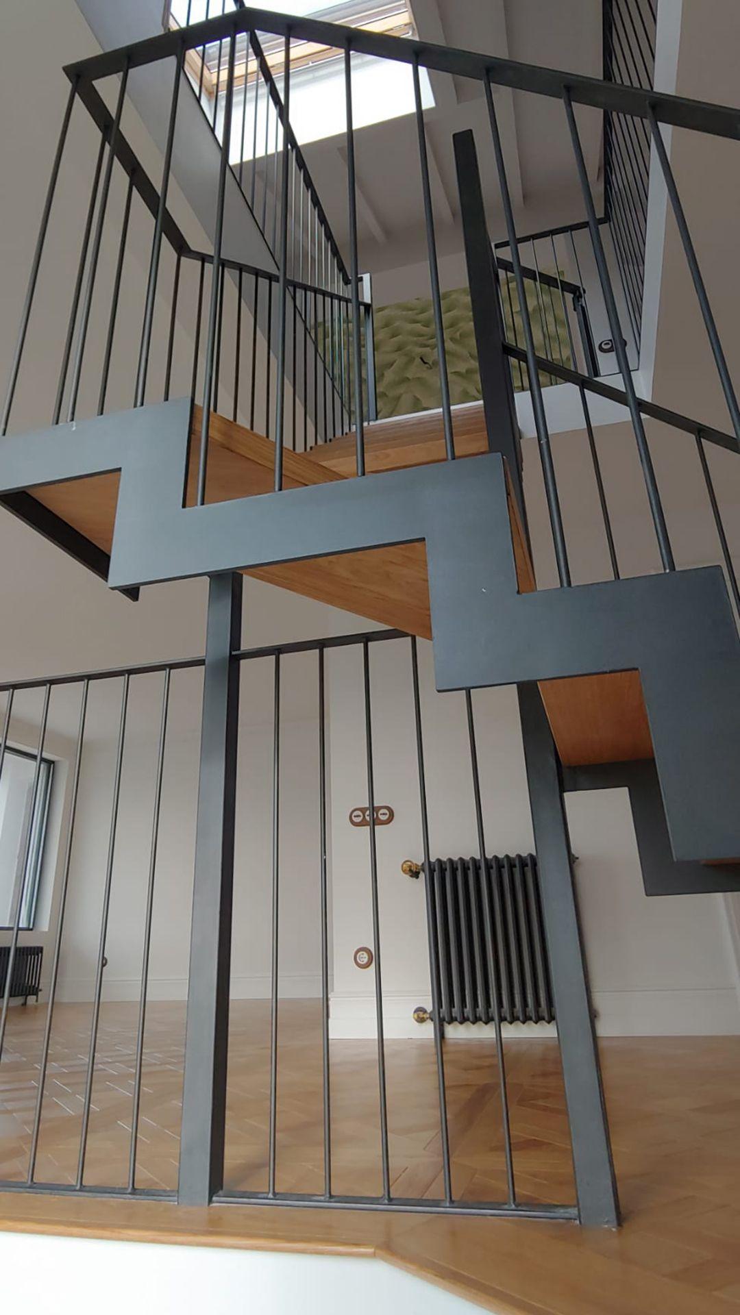 Escalera y suelo en madera de roble natural