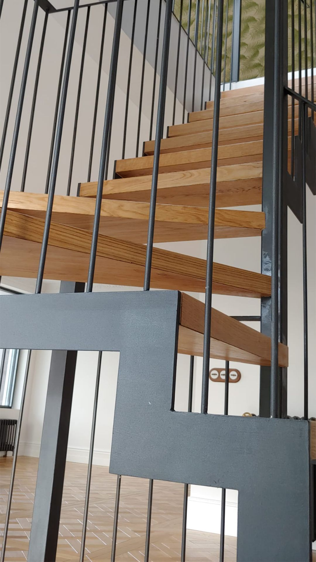 Escalera con peldaño en madera de roble natural