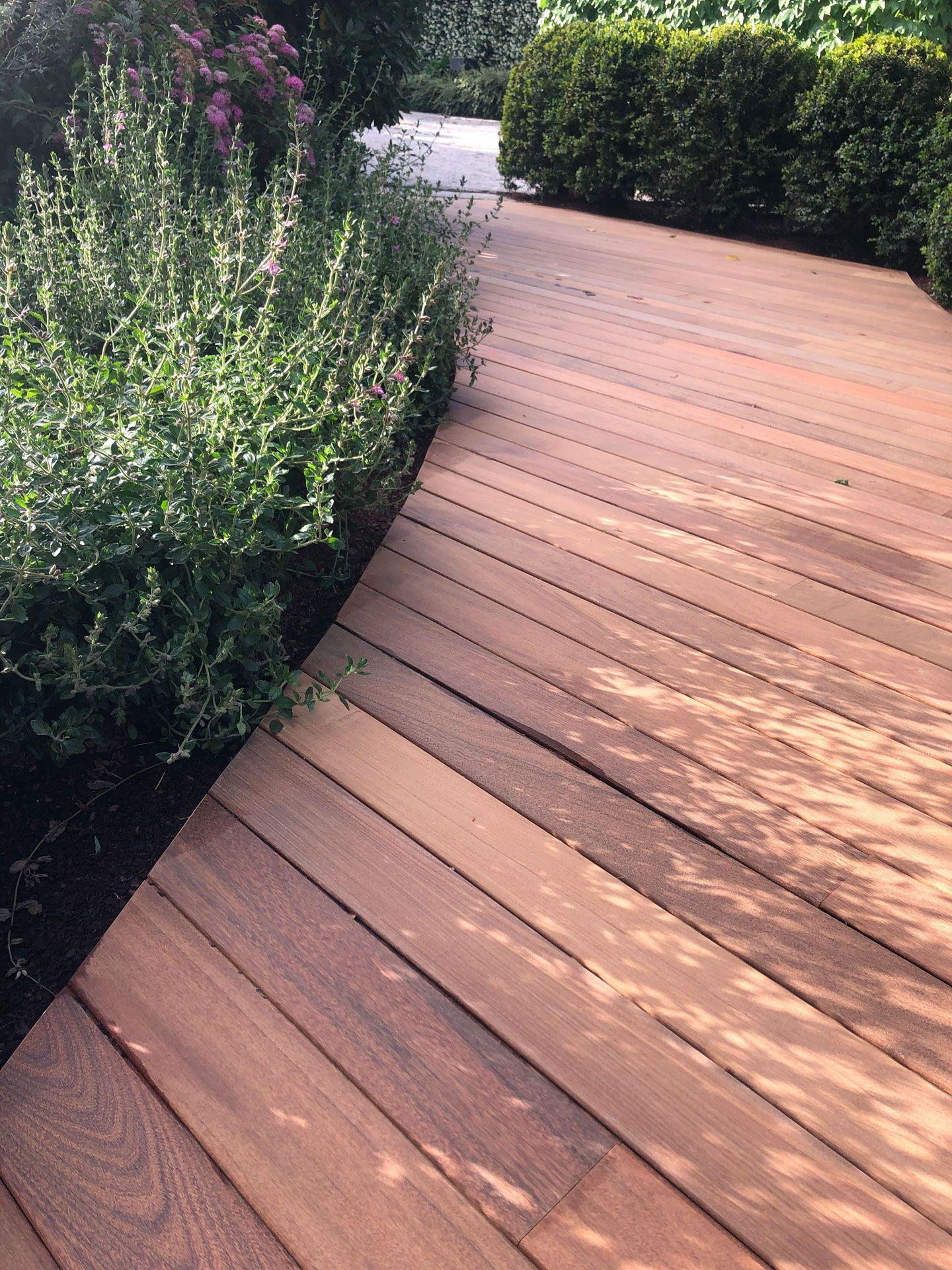 Suelo de madera natural en terraza exterior