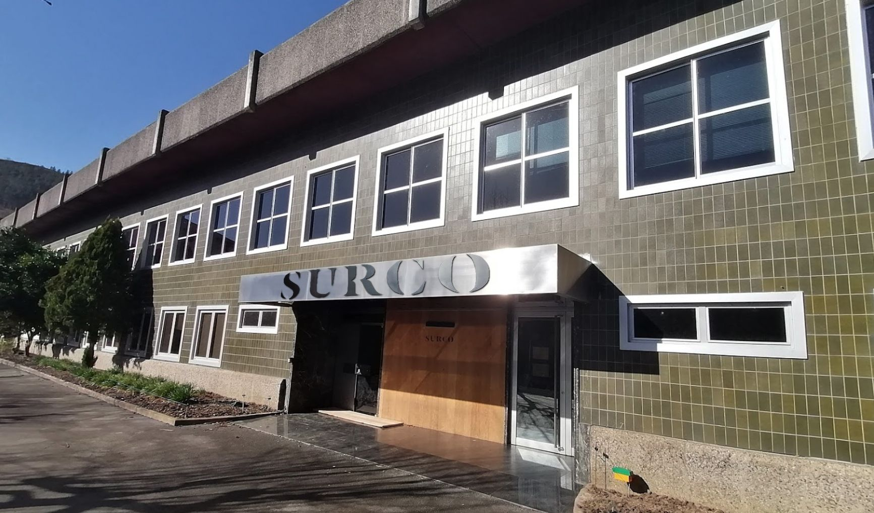 Fachada de la fábrica de SURCO