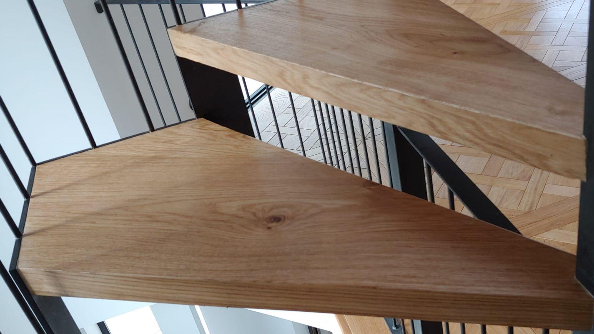 Pisada de escalera en madera de roble natural