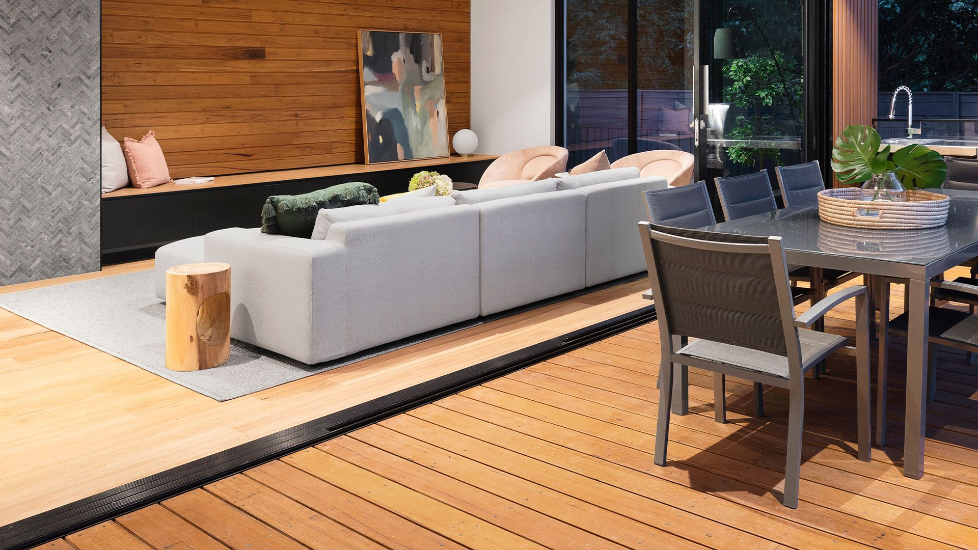 Instalación de suelo de madera en terraza