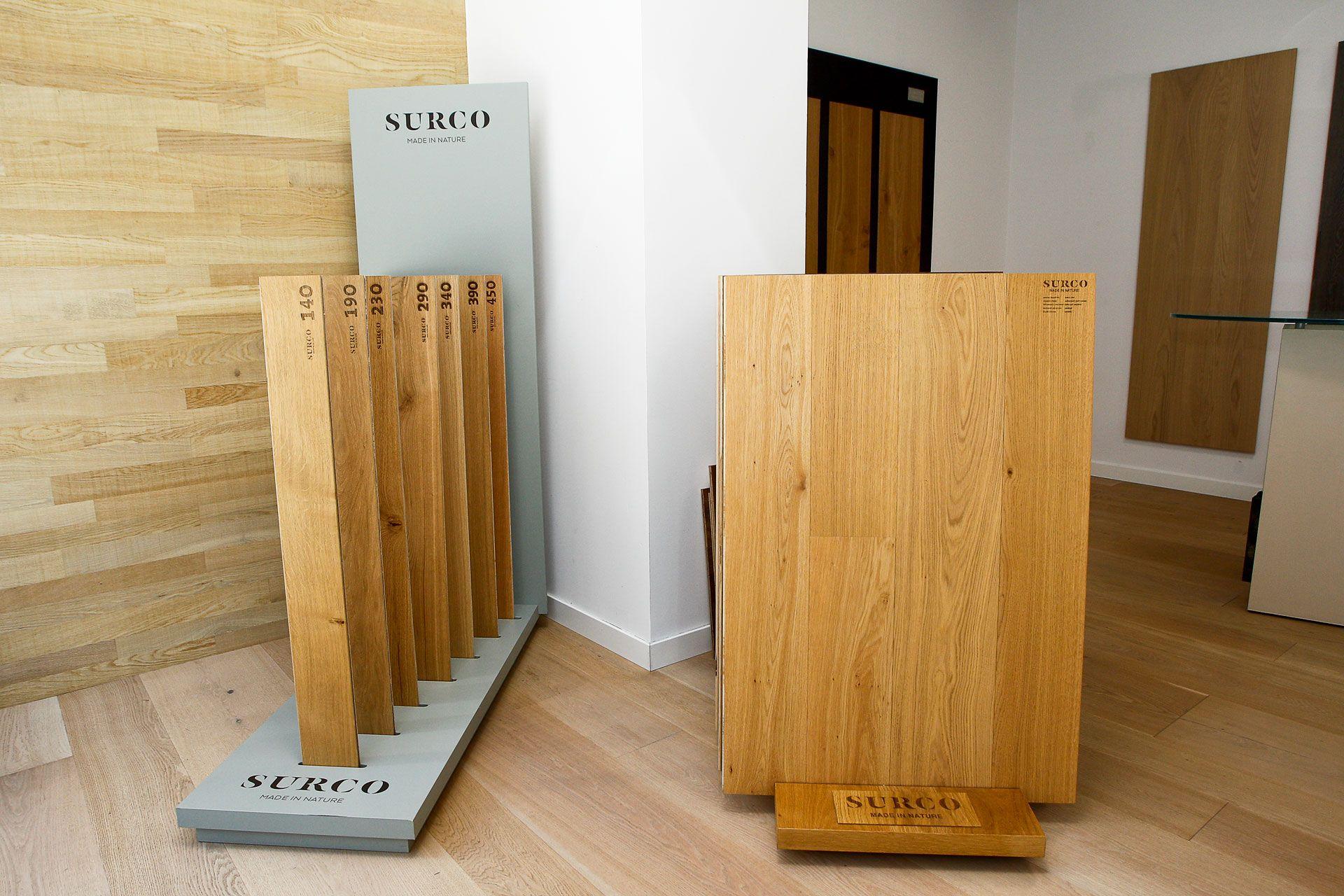 Exposición de maderas en oficina SURCO