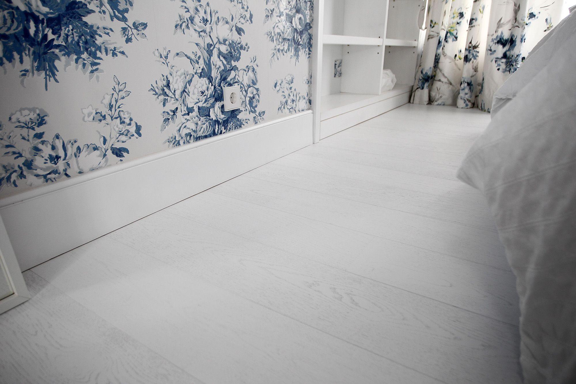 habitacion con suelo de madera lacado blanco