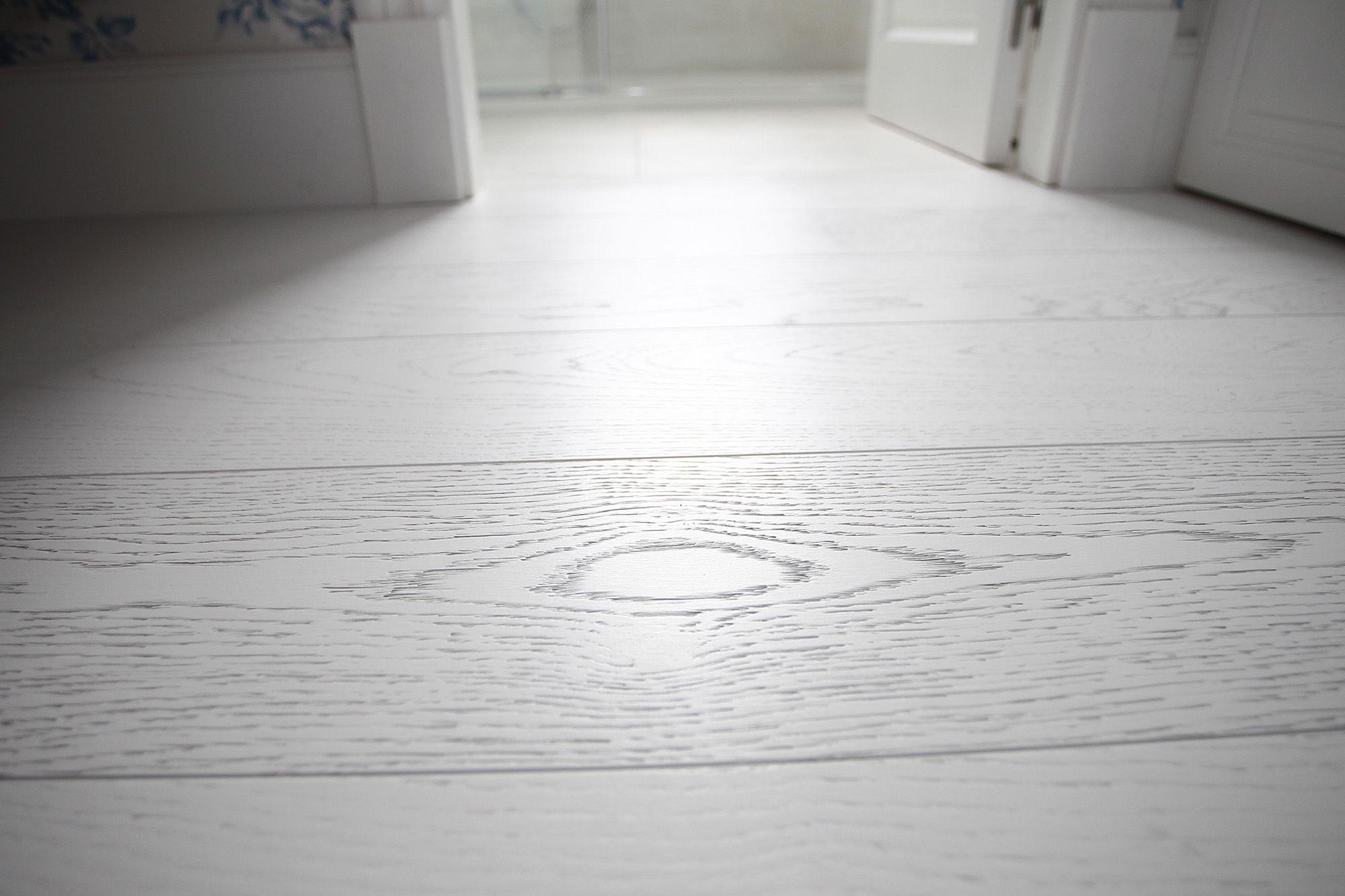 instalacion suelo de parquet blanco