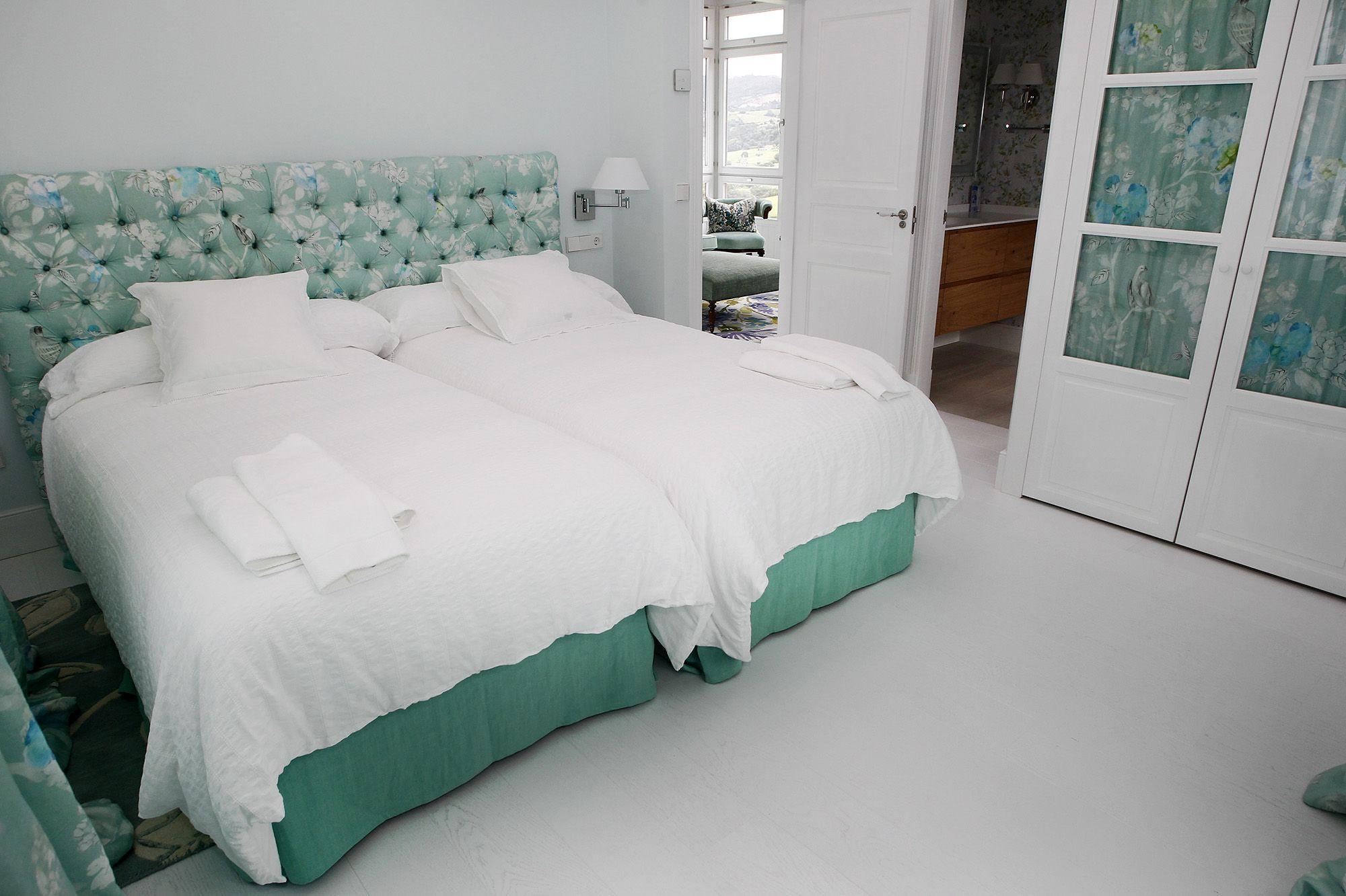 habitacion con suelo de madera en blanco