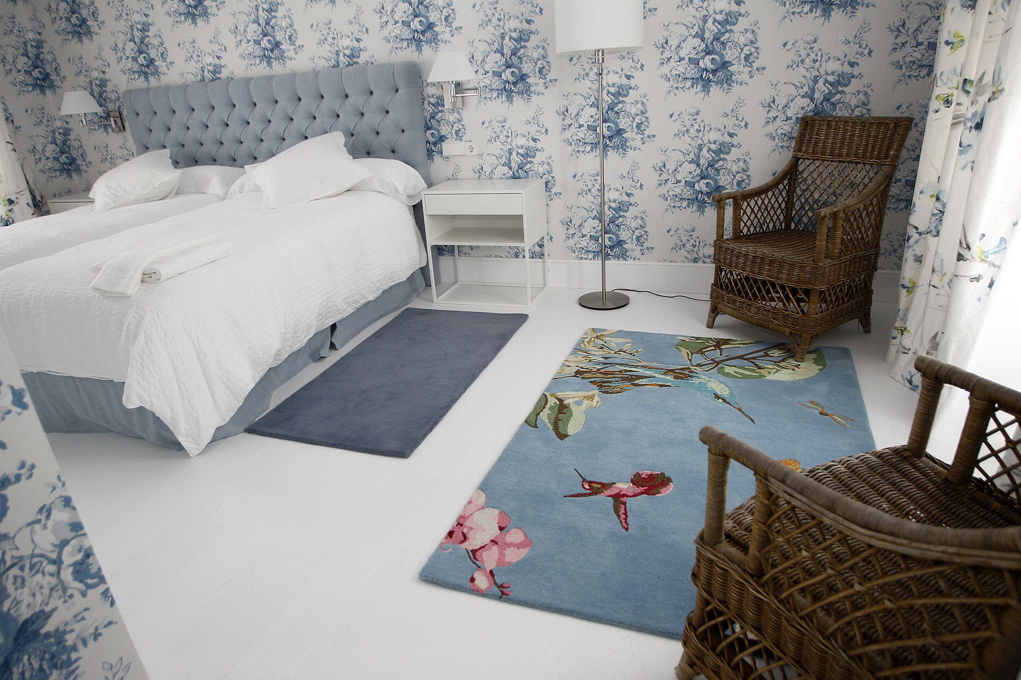 habitacion con suelo de parquet blanco