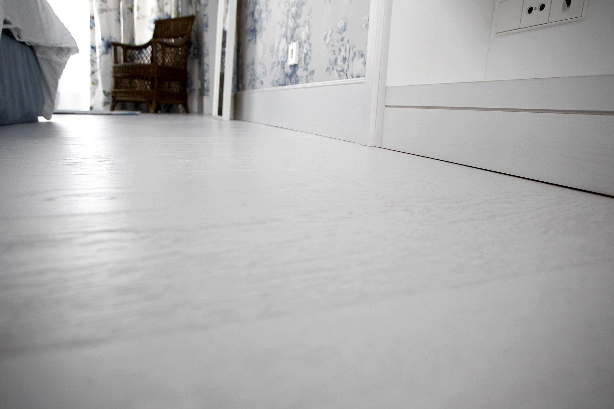 suelo de madera lacado blanco