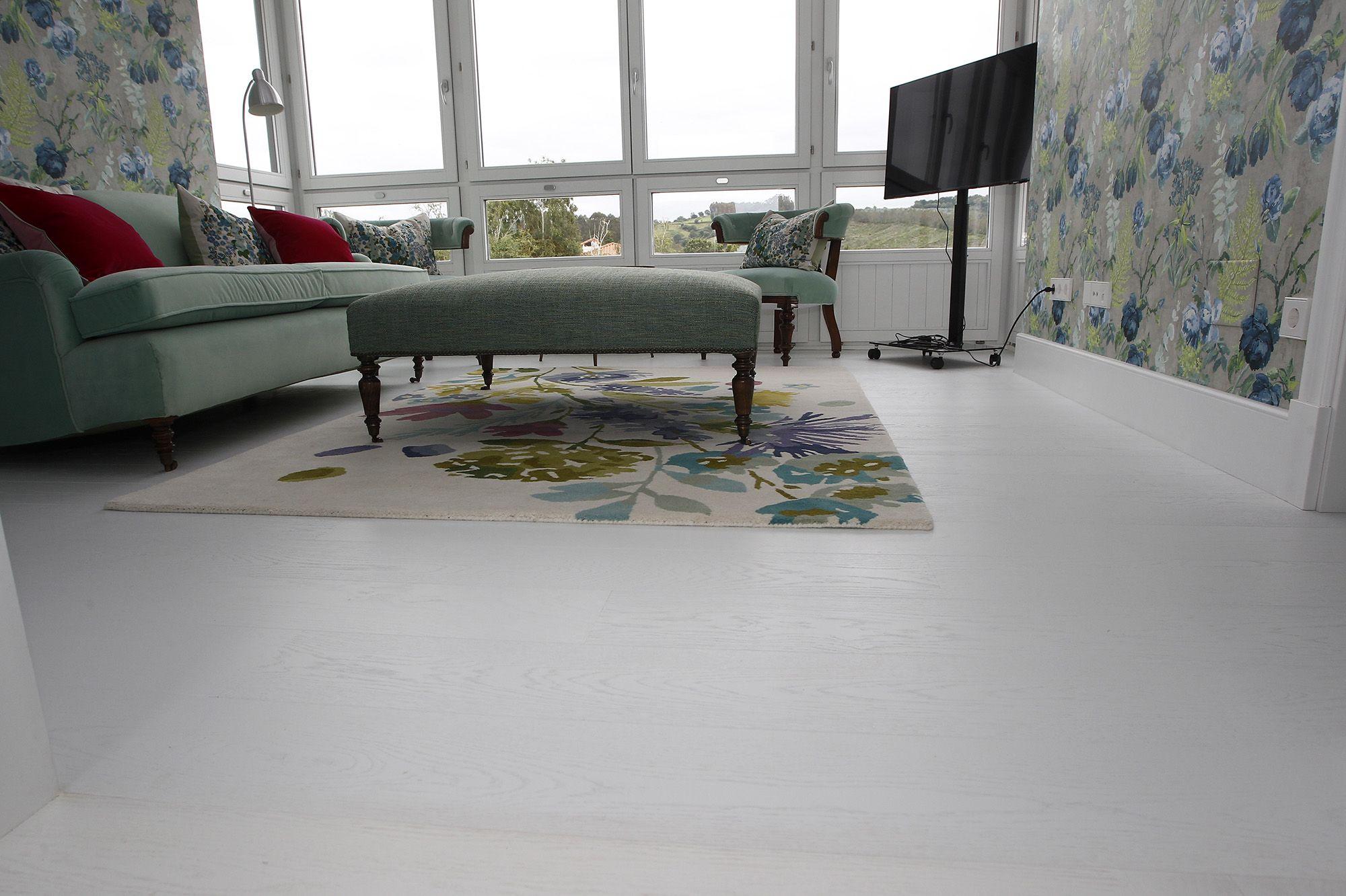 sala de estar con suelo de parquet blanco