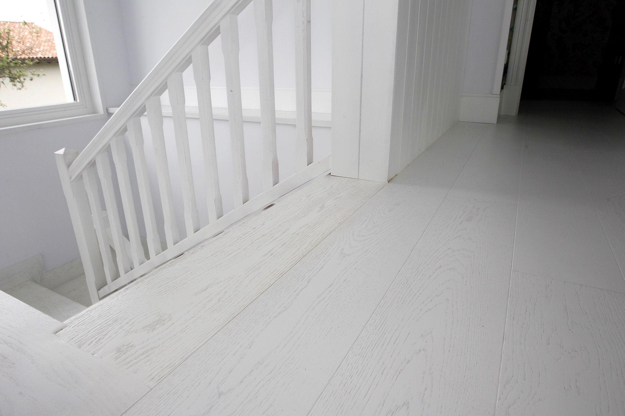 suelo y escaleras en madeta lacada en blanco