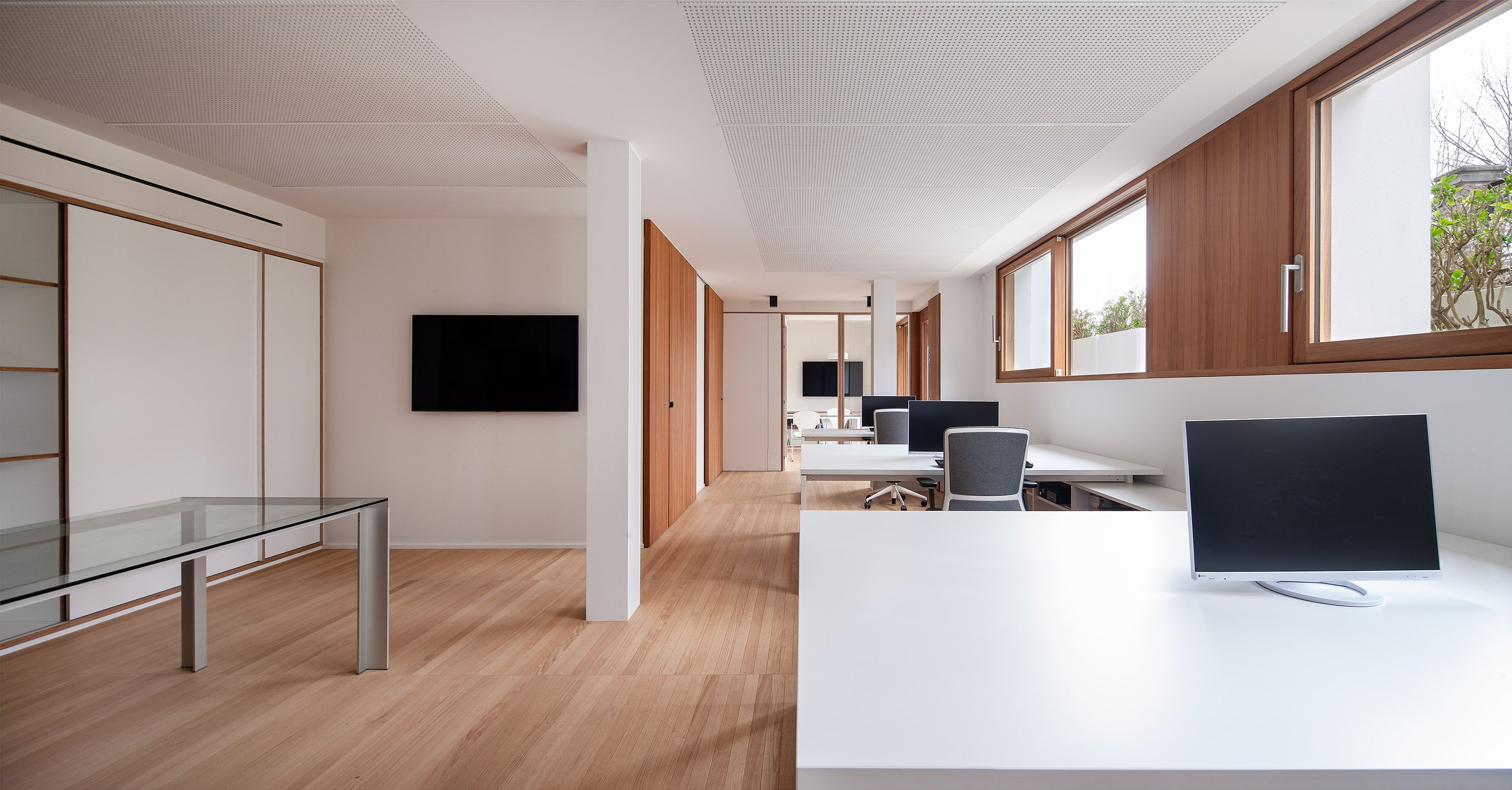 Estudio con suelo, paredes y ventanas de madera